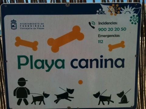 Cartel de bienvenida a la playa canina de Fuengirola
